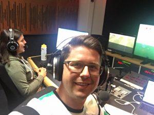 Kommentatorin Anna Lallitsch und Kommentator Johannes Karner audiodeskribieren die Frauen-Fußball-Europameisterschaft im ORF-Studio für blinde und sehbehinderte Frauenfußballfans