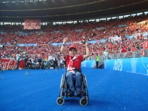Ein junger oberösterreichischer Fan im Rollstuhl