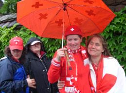 Fans mit Regenschirm