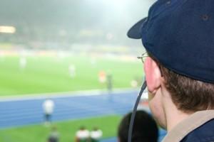 fans mit kopfhörer - sicht auf das spielfeld